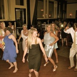 310-lakeside-wedding-guests-dancing